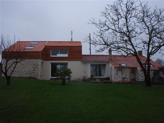 Rénovation d'une maison d'habitation pierre apparente et bardage bois à l'étage sur la commune de SAINT JEAN DE BOISEAU - 44640